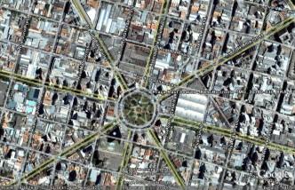 A Praça Raul Soares em uma fotografia por satélite, como seria avistada de uma altitude de 1956 metros (6417 pés, indicados no canto inferior direito). A orientação geográfica está mostrada no canto superior direito.