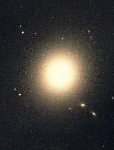 Figura 5. Estação final do PGV, é uma galáxia elíptica gigante, que apresenta enorme atividade energética, sendo fonte potente de raios X e de ondas de rádio.